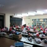 131106講義を聴く園児と児童